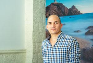 Andrés gerente del bar Morena Mar y vino
